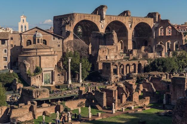 Ruiny starożytnego rzymu w słoneczny dzień