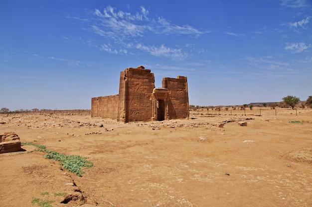 Ruiny starożytnej egipskiej świątyni na pustyni sudan, nubia