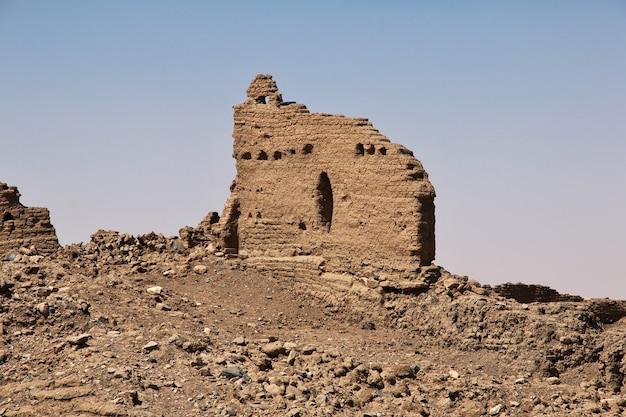 Ruiny starożytnej egipskiej świątyni na wyspie sai, nubia, sudan