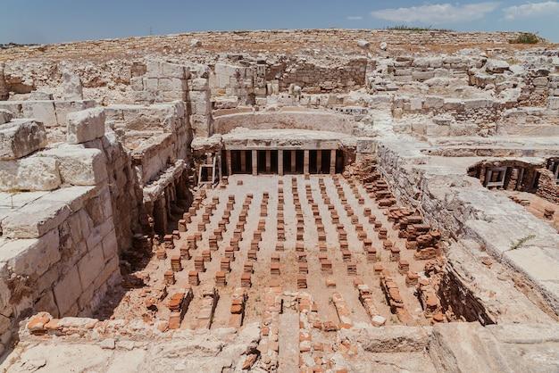 Ruiny starożytnej łaźni termalnej w wykopaliskach archeologicznych kourion world heritage w pobliżu limassol na cyprze.