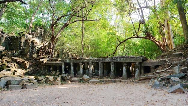 Ruiny starożytnej świątyni beng mealea w środku dżungli w sieam ream w kambodży