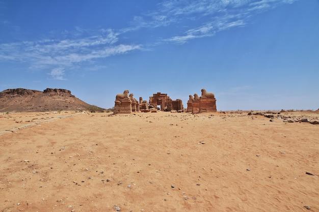 Ruiny starożytnej świątyni egipskiej na saharze w sudanie, nubia