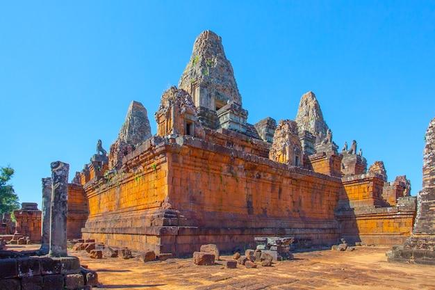 Ruiny starożytnej świątyni pre rup, angkor wat, kambodża