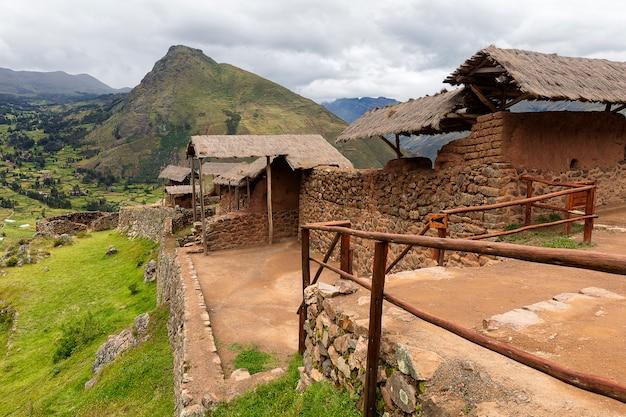 Ruiny starożytnej wioski inca pisac. calca cusco. peru. andy