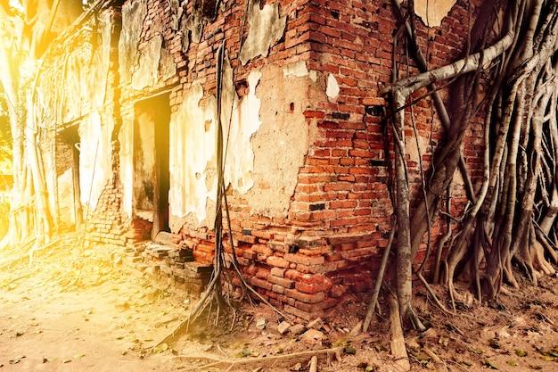 Ruiny starych opuszczonych budynków z czerwonej i białej cegły, zrujnowane pozostałości starożytnej świątyni.