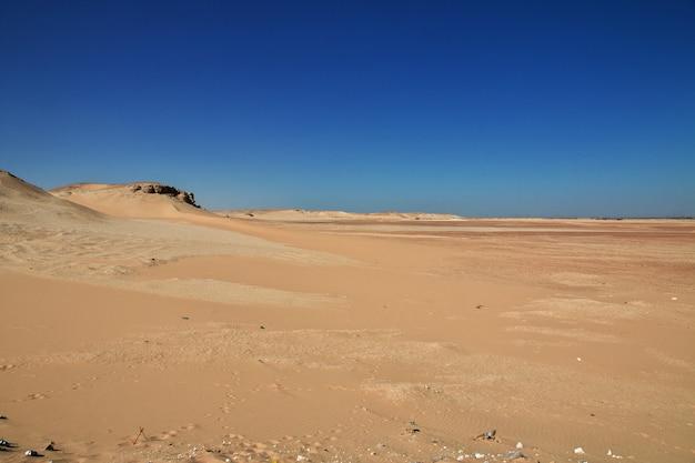 Ruiny świątyni na pustyni zamykają el minya, egipt