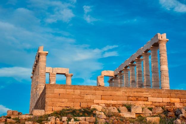 Ruiny świątyni posejdona na przylądku sounio na zachód słońca w grecji