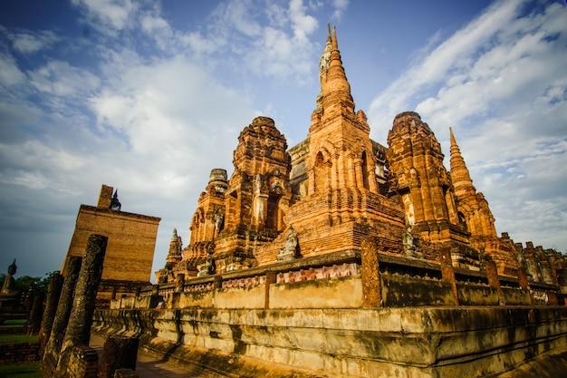 Ruiny świątyni wat mahathat temple w dzielnicy sukhothai historical park, wpisanej na listę światowego dziedzictwa unesco