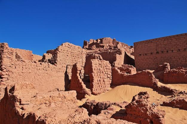Ruiny twierdzy w opuszczonym mieście na saharze