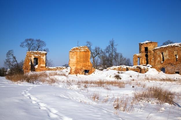 Ruiny twierdzy znajdującej się we wsi golshany na białorusi