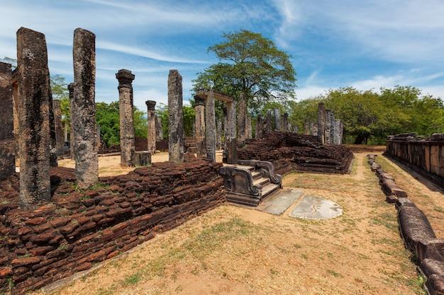 Ruiny w grupie czworokątów w starożytnym mieście pollonaruwa sri lanka