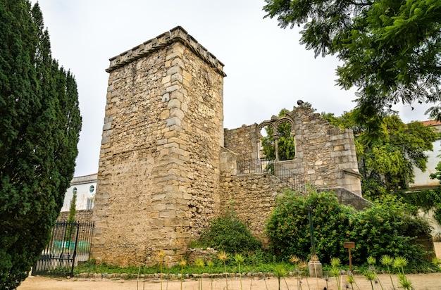 Ruiny w publicznym ogrodzie evora w portugalii