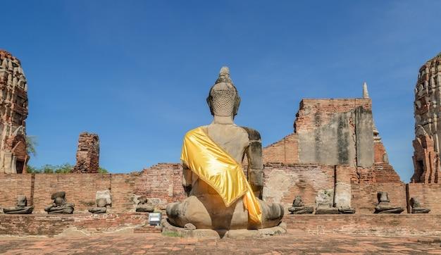 Ruiny wat phra mahathat w zabytkowym parku ayuthaya, tajlandia. widok z tyłu stute buddy.