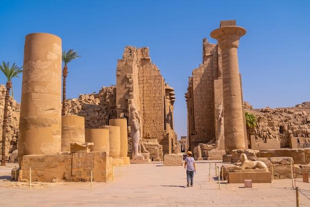 Ruiny wewnątrz świątyni karnaku, wielkiego sanktuarium amona. egipt