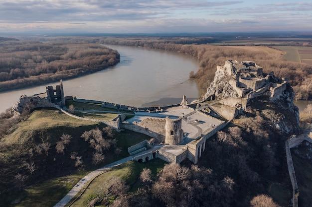 Ruiny zamku devin na słowacji. widok z lotu ptaka