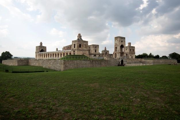 Ruiny zamku krzyżtopor w ujeździe polska