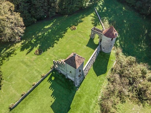 Ruiny zamku masun w krasie, słowenia