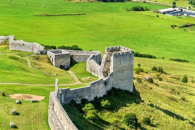 Ruiny zamku spiskiego, wpisanego na listę światowego dziedzictwa unesco na słowacji, w europie środkowej