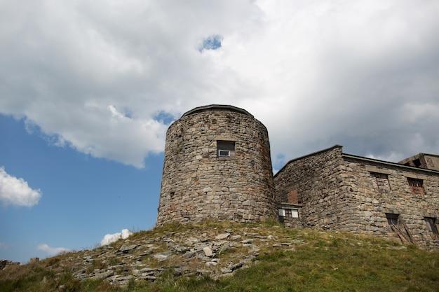 Ruiny zamku wysoko w górach