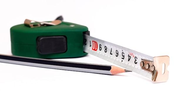 Ruletka i prosty ołówek na białym tle na białym tle