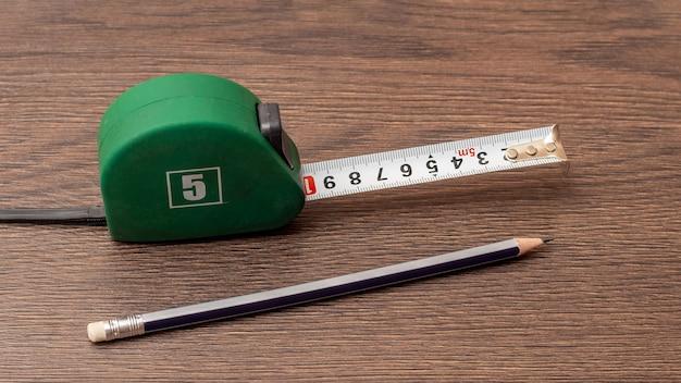 Ruletka i prosty ołówek na brązowej tablicy