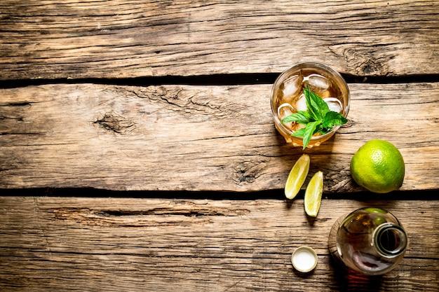 Rum z miętą i limonką.