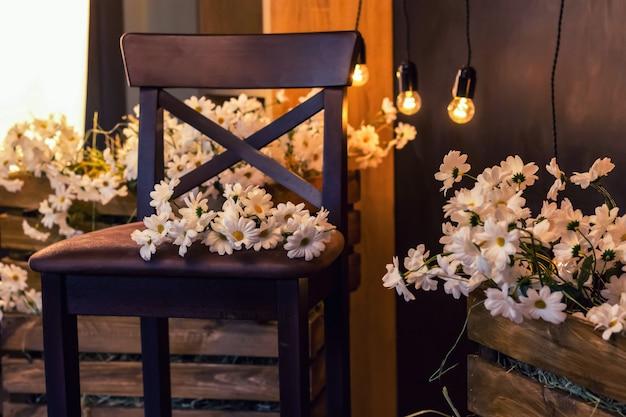 Rumianek na drewnianym krześle