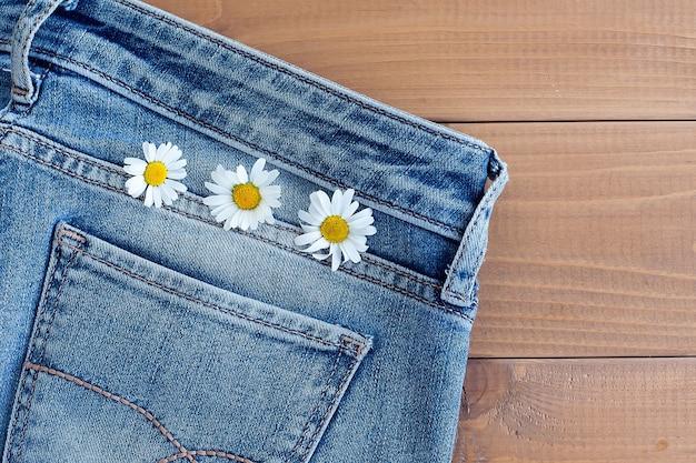 Rumianek w kieszeni jeansów. studio makro strzałów.