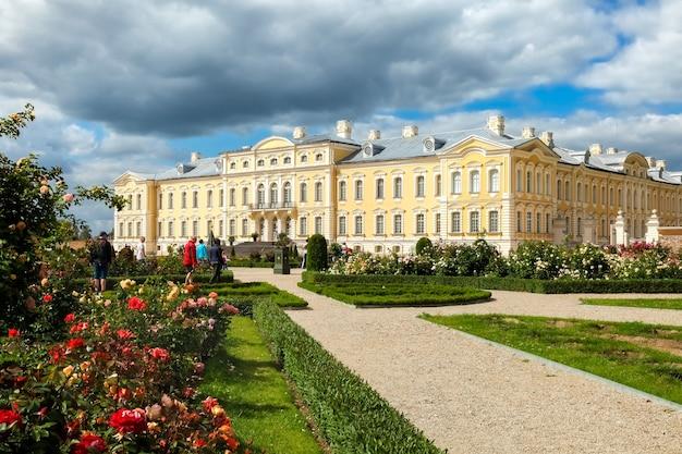 Rundale, łotwa - lipiec 2017: pałac rundale zbudowany w stylu barokowym w pilsrundale, łotwa