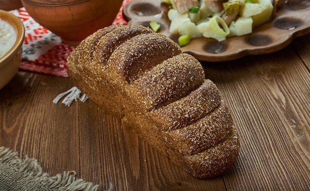 Rupjmaize, tradycyjny ciemny chleb, kuchnia łotewska, tradycyjne dania różne, widok z góry.