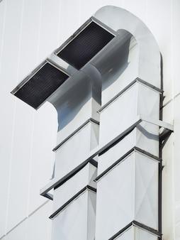 Rura wentylacyjna i klimatyzacyjna zainstalowana na zewnątrz budynku. rura wentylacyjna do budowy budynku lub fabryki.