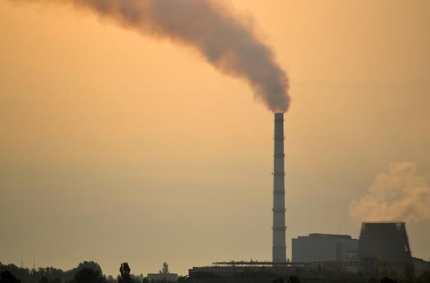 Rura z dymem w strefie przemysłowej