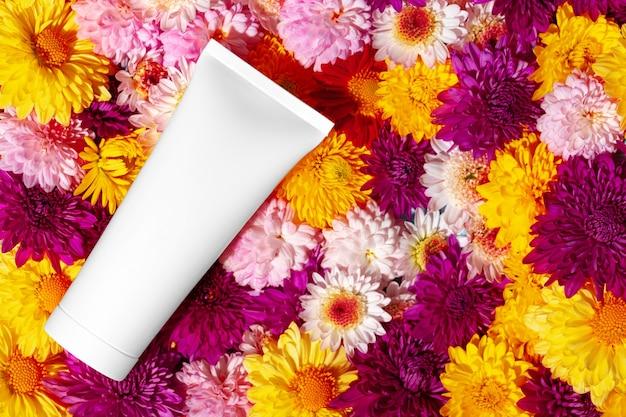 Rurka kosmetyków do pielęgnacji skóry na kwiatowy widok z góry