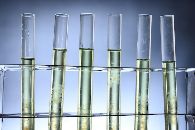 Rurka na biopaliwo z alg w laboratorium biotechnologicznym
