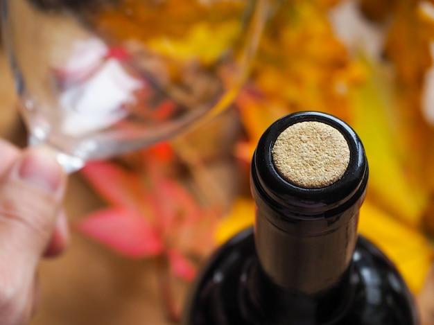 Rurka w butelce wina.