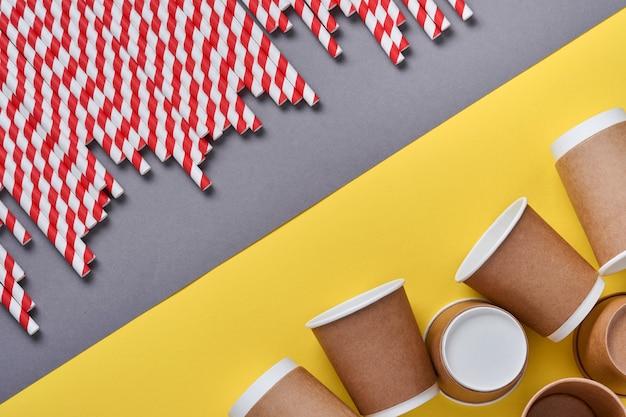Rurki do picia wykonane z papieru i skrobi kukurydzianej, biodegradowalnego materiału i ekologicznego papieru szklanego na żółtym modnym tle 2021. koncepcja bez odpadów i plastiku. widok z góry.