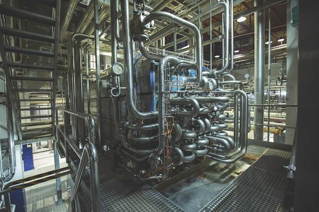 Rurociągi rura ciśnieniowa ze stali nierdzewnej system do pompowania cieczy lub mleka i wody dla przemysłu spożywczego.