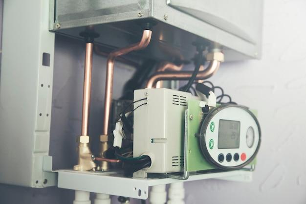 Rury i kocioł systemu ogrzewania gazowego w domu