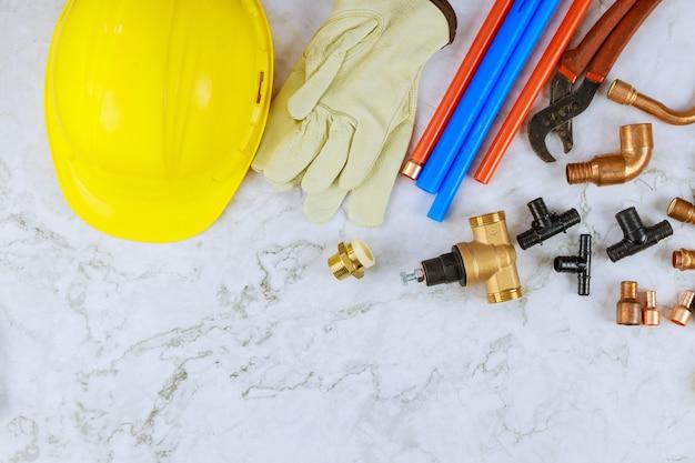 Rury polipropylenowe, narzędzia do cięcia rur, adaptery, rękawice robocze w instalacji wodociągowej