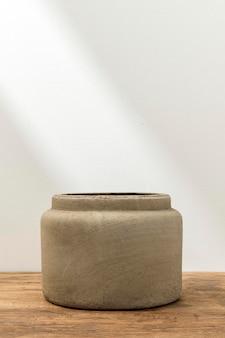 Rustykalna doniczka dekoracyjna na stole