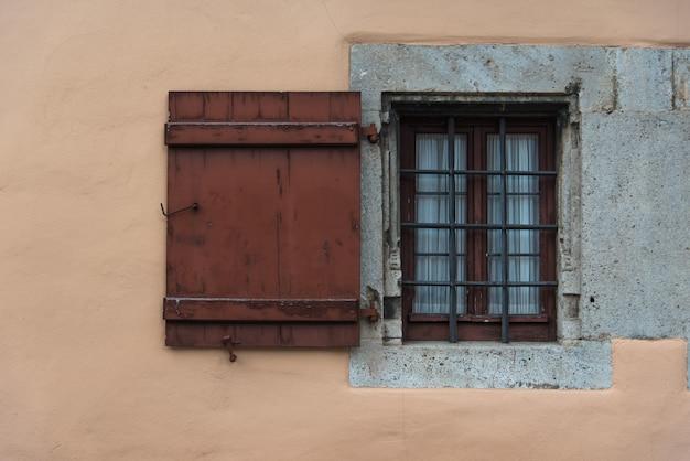 Rustykalna drewniana rama okna na starej ścianie w europie