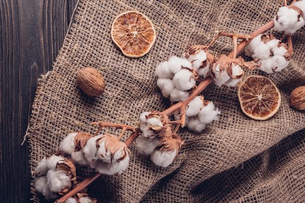 Rustykalna kompozycja z bawełną na płótnie i suszonych owocach