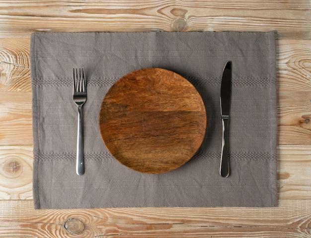 Rustykalna kuchnia makieta z drewnianym talerzem