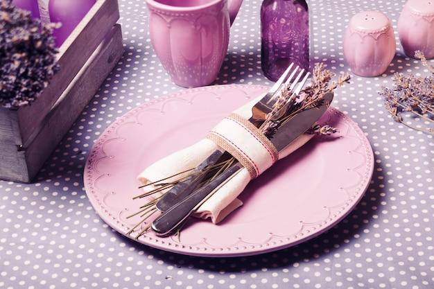 Rustykalna lawendowa porcja na stół - suszone kwiaty i naczynia z bzu