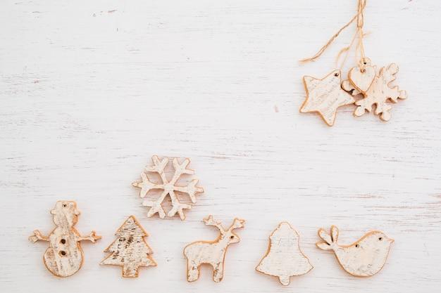 Rustykalne boże narodzenie dekoracyjne, boże narodzenie ornament na tle drewna. styl vintage, widok z góry.
