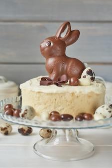 Rustykalne ciasto wielkanocne z czekoladowymi króliczkami i jajkami.