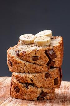 Rustykalne domowe ciasto z babany z kawałkami czekolady.