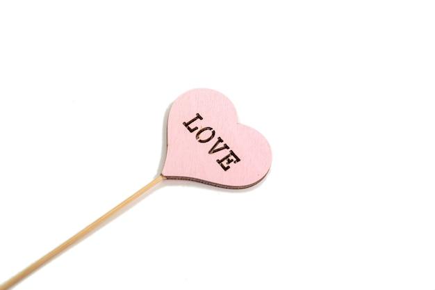 Rustykalne drewniane valentine czerwone serce na białej powierzchni. miłość w drewnie, koncepcja walentynki.