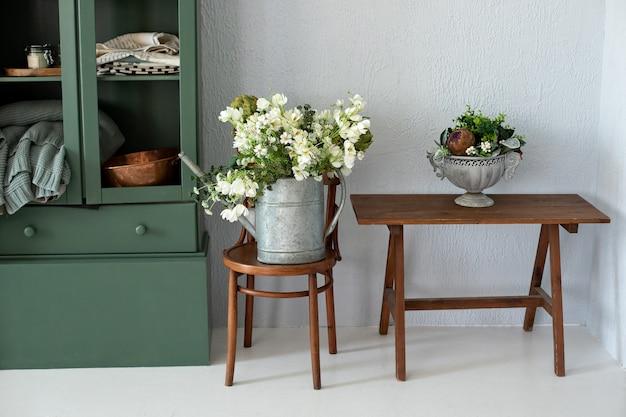Rustykalne drewno i zielone wnętrze kuchni z bukietem kwiatów