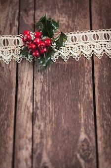 Rustykalne drewno ze świątecznymi dekoracjami